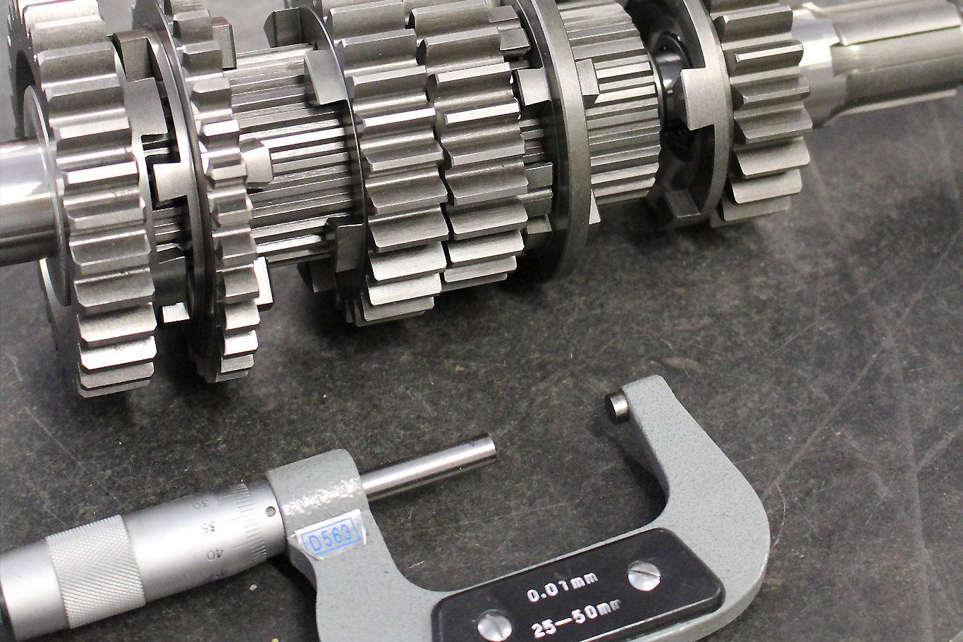 Ajustage des pièces mécaniques moteur de voiture de prestige